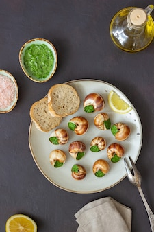 Escargots de bourgogne. schnecken mit kräuterbutter. gesundes essen. französisches essen.