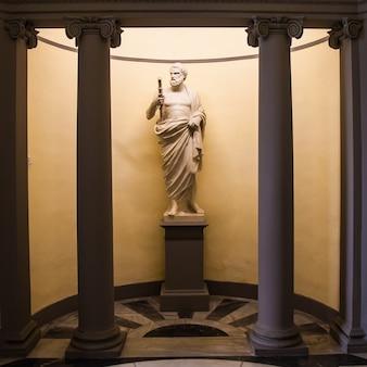 Esculapio, gott der medizin. statue nahe dem eingang einer alten italienischen apotheke.