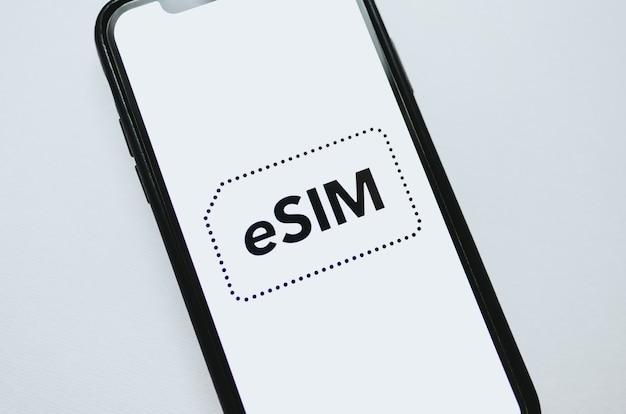 Esim-kartenchip-logo auf dem smartphone-bildschirm.