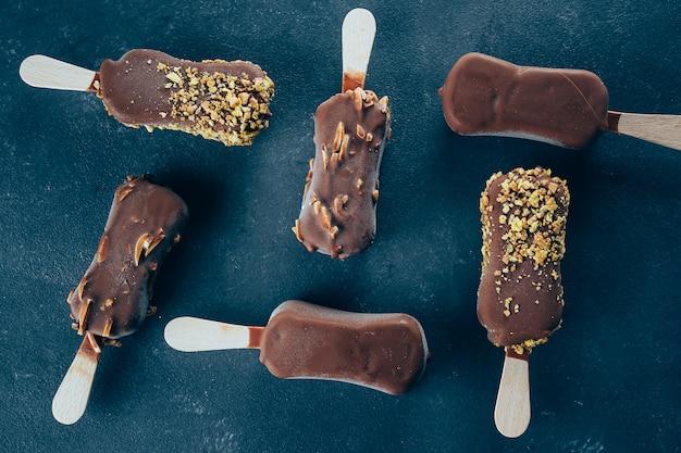 Eskimo-eiscreme in der schokoladenglasur auf hintergrund. leckere süße imbiss-leckerei.