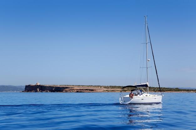 Espalmador in formentera-insel mit segelboot
