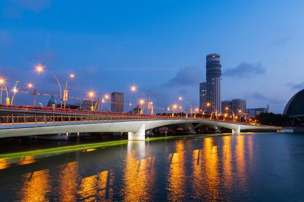 Esplanade bridge in der dämmerungszeit.