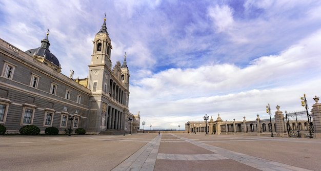 Esplanade der almudena kathedrale in madrid mit blauem himmel bei sonnenaufgang. spanien.