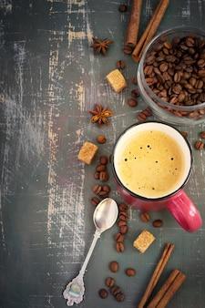 Espreso und kaffeebohnen auf schäbigem hintergrund