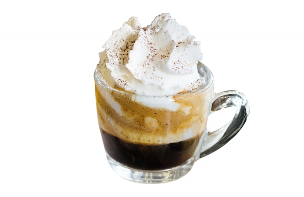 Espresso con panna, espresso mit der schlagsahne lokalisiert