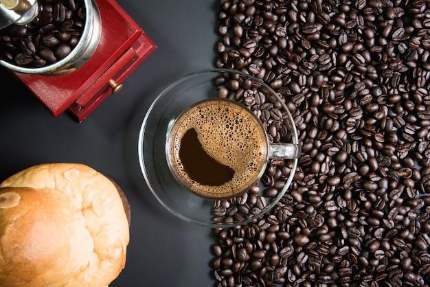 Espresso in einem glas auf holztisch