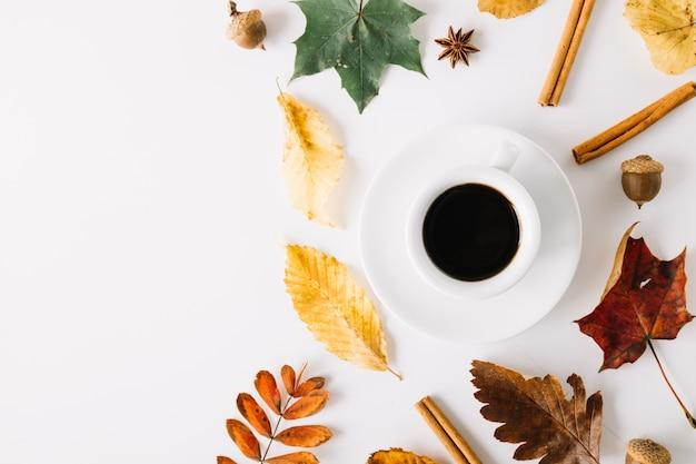 Espresso in komposition mit herbstlichen dekor