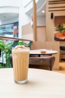 Espresso-kaffee auf dem tisch im café und restaurant des coffeeshops gemischt