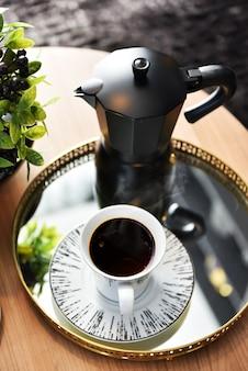Espresso-kaffee auf dem tisch servieren
