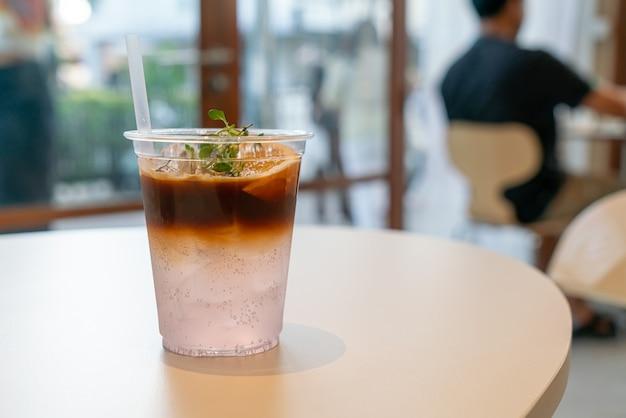 Espresso-kaffee-tonikum mit yuzu-orange im café-restaurant