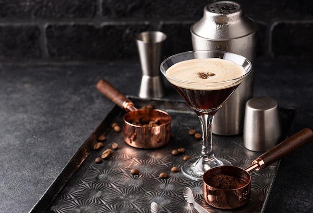 Espresso-martini-cocktails mit kaffeebohnen