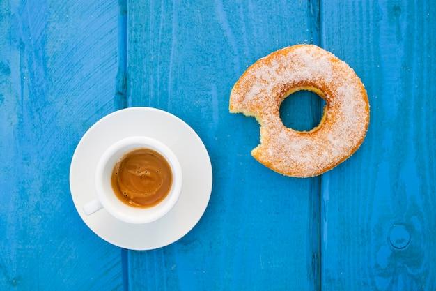 Espresso mit glasiertem donut