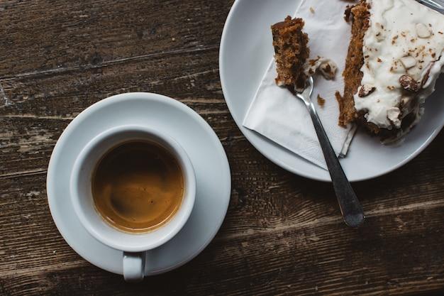 Espresso mit karottenkuchen essen