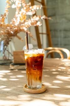 Espresso mit kokosnusssaft im café