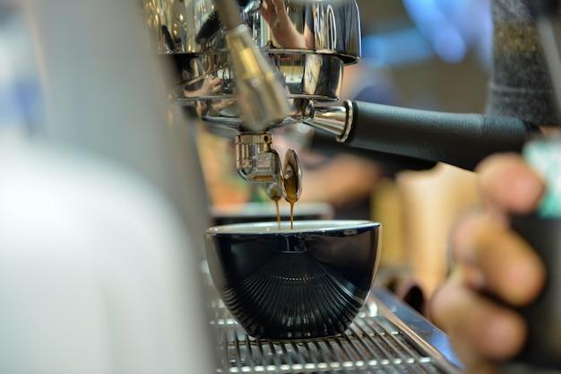 Espresso schoss von der kaffeemaschine in der kaffeestube