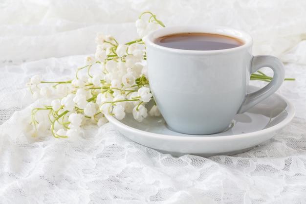 Espresso und blumenstrauß - maiglöckchen