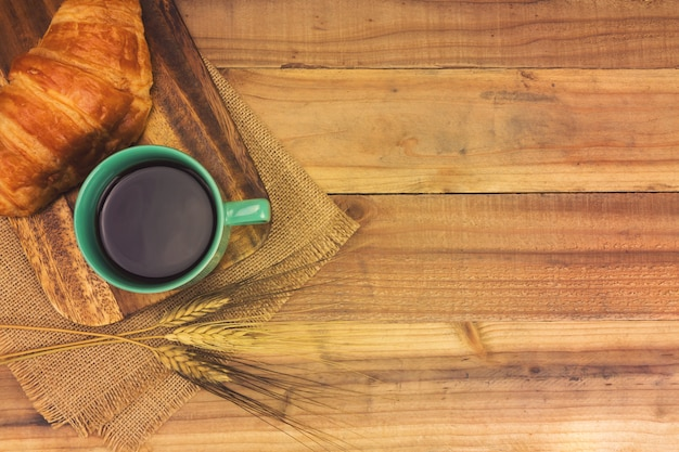 Espresso und frisches croissant