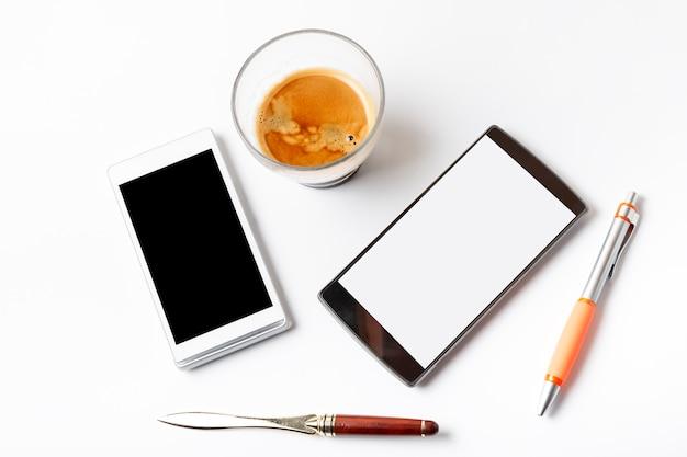 Espresso und mobiles café auf einer weißen tabelle