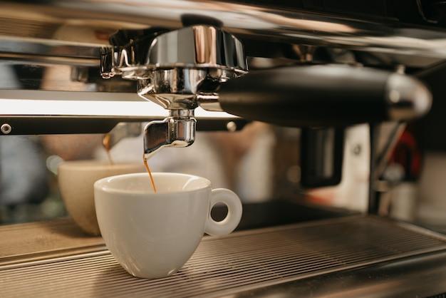 Espresso-zubereitung in einer professionellen espressomaschine