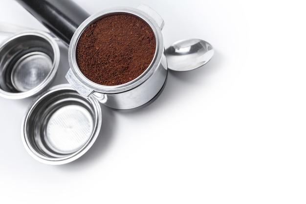 Espressohalter und austauschbare kaffeefilter. das horn aus der kaffeemaschine