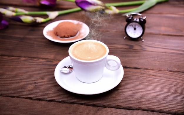 Espressokaffee auf einem braunen holztisch