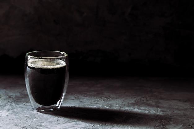 Espressokaffee im schnapsglas-sepia-ton mit weichem verschluss