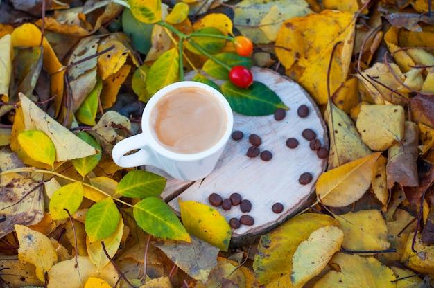 Espressokaffee in einer weißen schale auf einem hölzernen stumpf