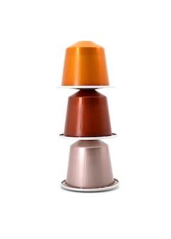 Espressokaffeekapseln lokalisiert auf weißem hintergrund, mischung von gefärbt.