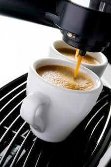 Espressomaschine gießt kaffee in tassen