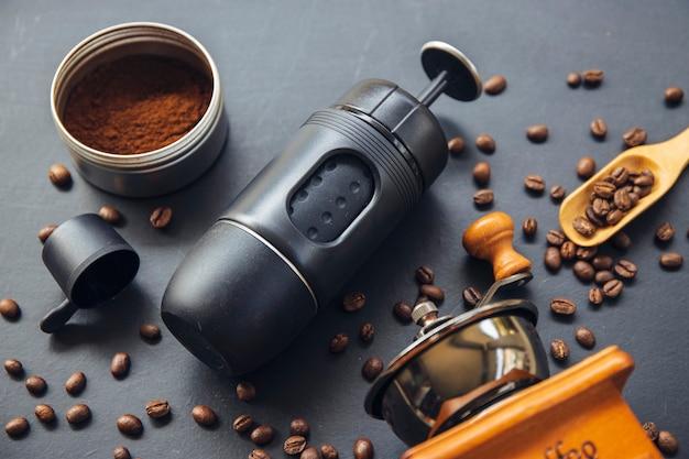 Espressomaschine, tasse und bohne auf weißem tisch. draufsicht