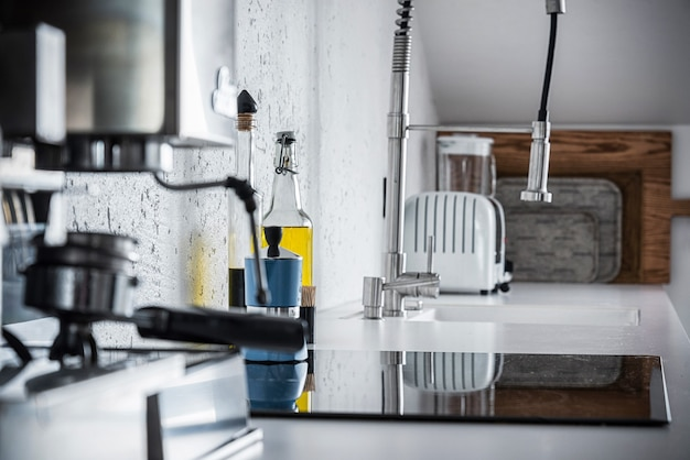 Espressomaschine und eine flasche olivenöl