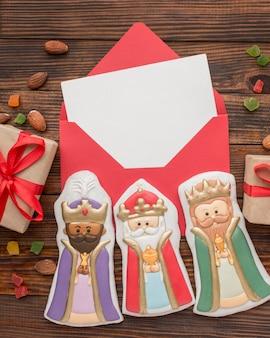 Essbare figuren für königliche kekse in einem umschlag