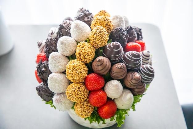 Essbare schokoladenblüten aus erdbeerfrüchten