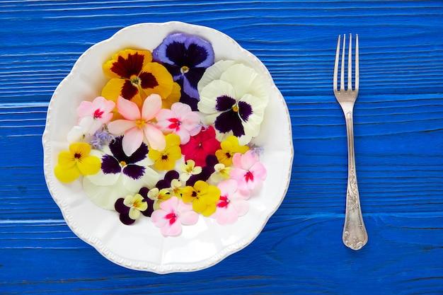 Essbarer blumensalat in einer platte