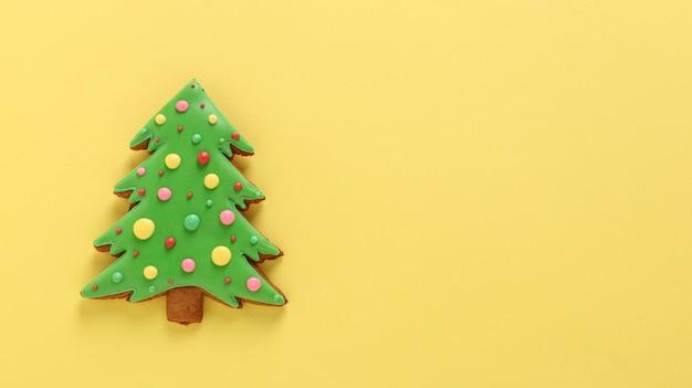 Essbarer weihnachtsbaum, lebkuchen, frohes neues jahr, gelber hintergrund, horizontale ausrichtung