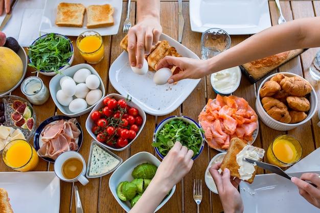 Essen auf dem tisch draufsicht frühstück auf der terrasse mit der familiefreunde essen am tisch