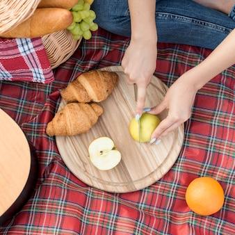 Essen auf einer picknickdecke