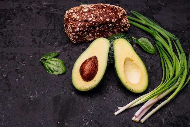 Essen, avocado, gesundes essen. avocado und schwarzbrot