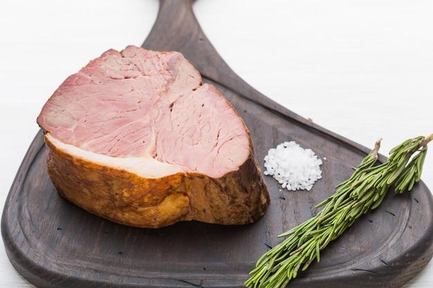 Essen, fleisch und leckeres konzept - pferdefleisch mit salz an bord.
