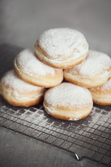 Essen. frisch gebackene donuts auf dem tisch