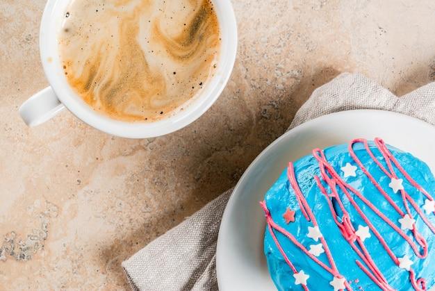 Essen für den unabhängigkeitstag. 4. juli. traditionelle amerikanische donuts mit glasur in den farben der usa-flagge