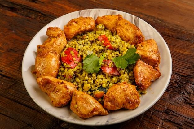 Essen für suhoor im ramadan bulgur schnell mit rindfleisch. horizontales foto