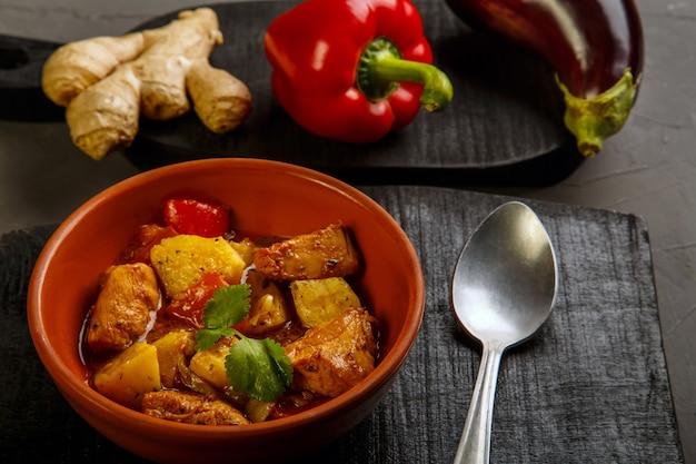 Essen für suhoor im ramadan-lammeintopf mit kartoffelgemüse auf grauem hintergrund. horizontales foto