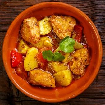 Essen für suhoor im ramadan-lammeintopf mit kartoffeln auf einem holzbrett. quadratisches foto