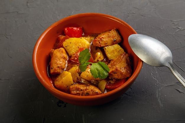 Essen für suhoor im ramadan-lammeintopf mit kartoffeln auf einer grauen oberfläche