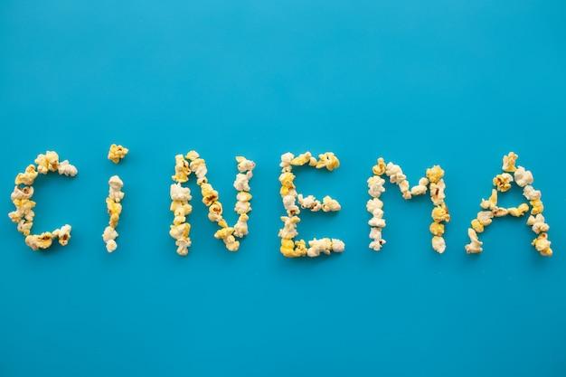 Essen. gefrorener popcorn-mais-popcorneimer. köstliches popcorn auf blau. kino.