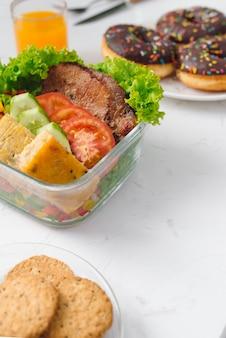 Essen im büro. gesundes mittagessen für die arbeit.
