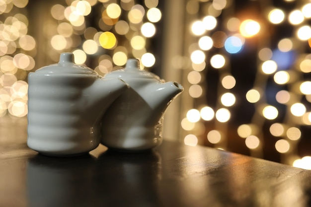 Essen im café auf dem tisch japanisches sushi und tee