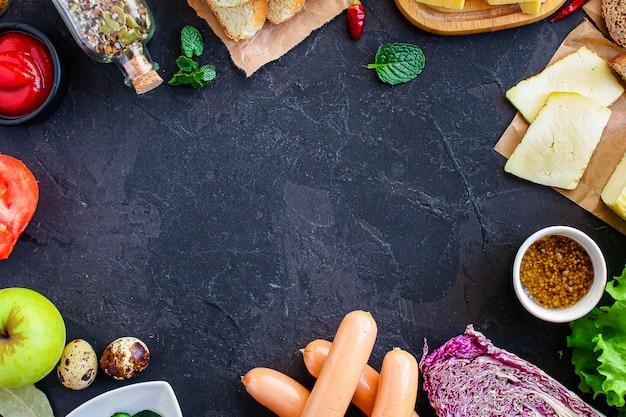 Essen im freien, verschiedene lebensmittel auf dem tisch