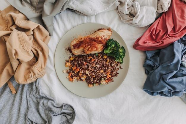 Essen im zentrum des kleidungskonzepts von hausmann und -frau
